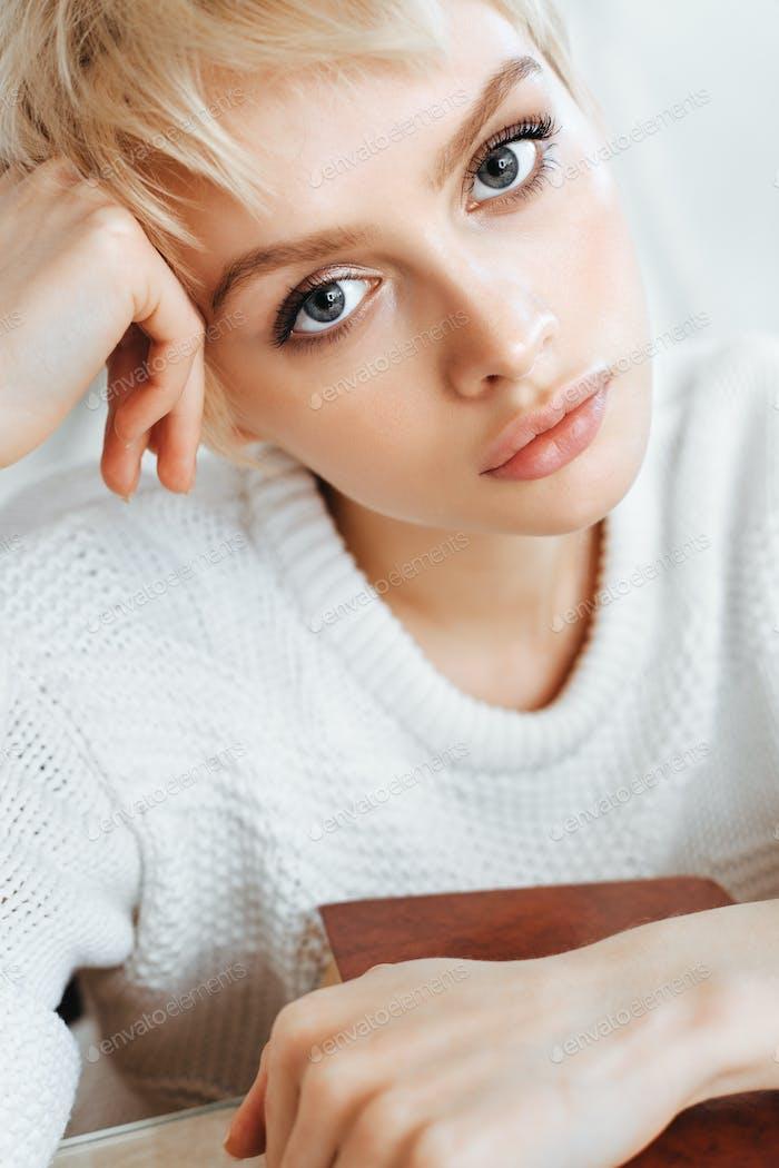 blonde junge Frau tragen Pullover