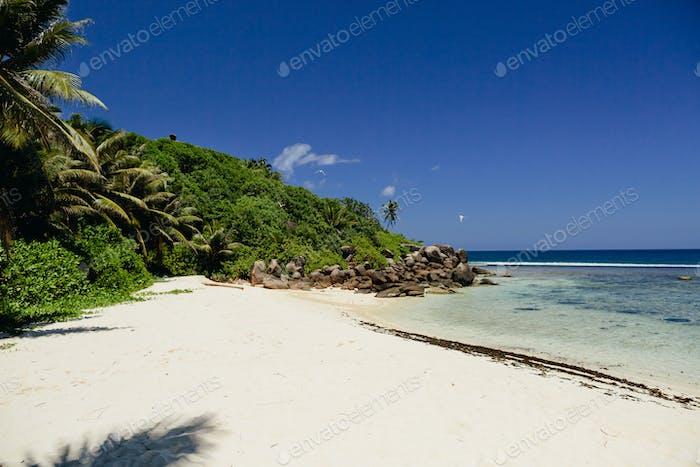exotischen tropischen Strand Blick auf die Seychellen Insel