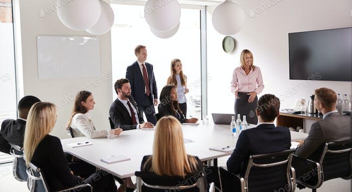 Reife Geschäftsfrau Adressierung Gruppe Treffen rund um Tisch am Graduate Recruitment Assessment Day
