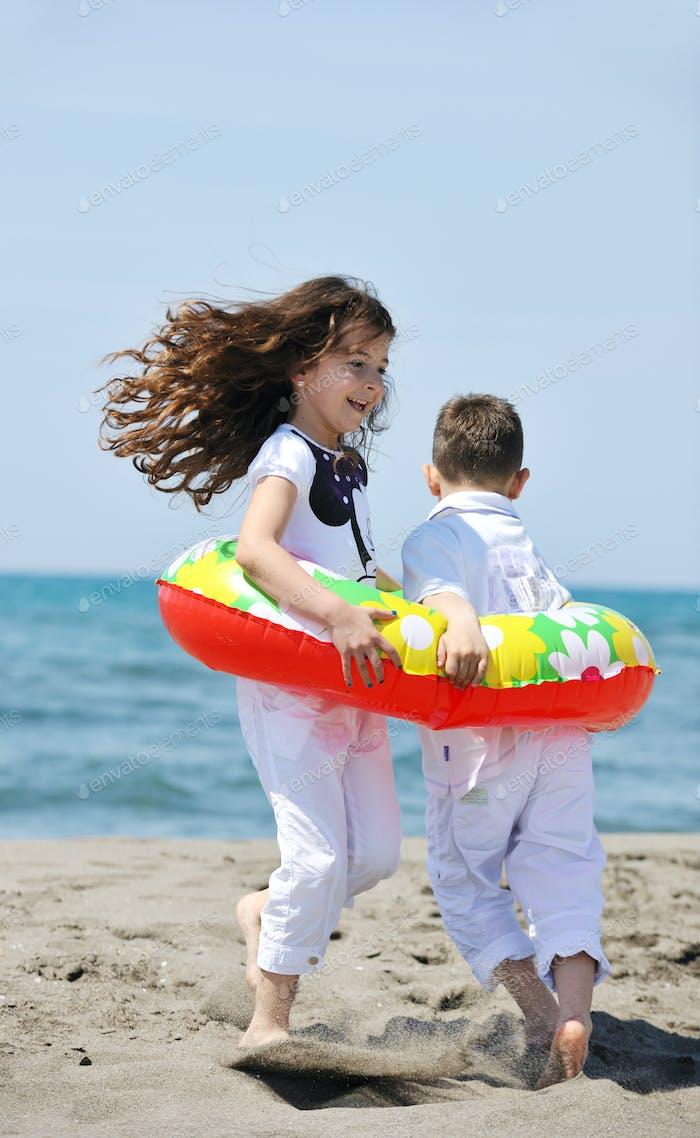 glückliche junge Leute Gruppe haben Spaß am Strand