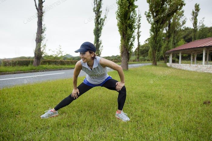 Eine Frau, die draußen trainiert.