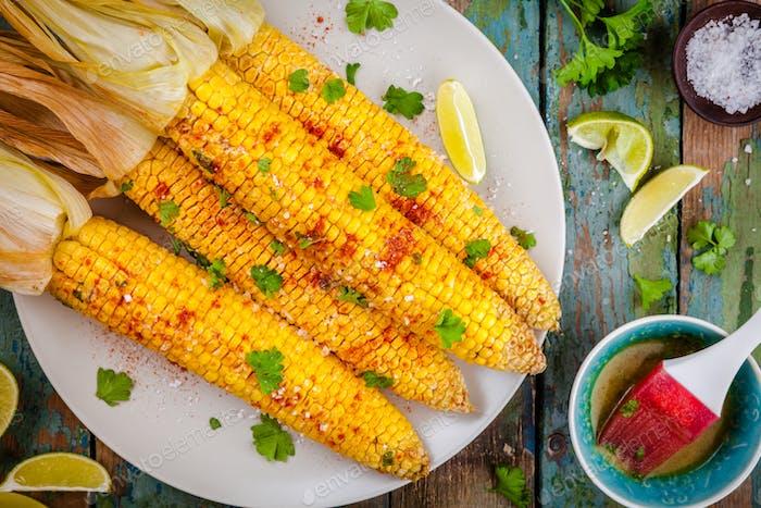 mazorcas de maíz dulce al horno con mantequilla de hierbas y lima