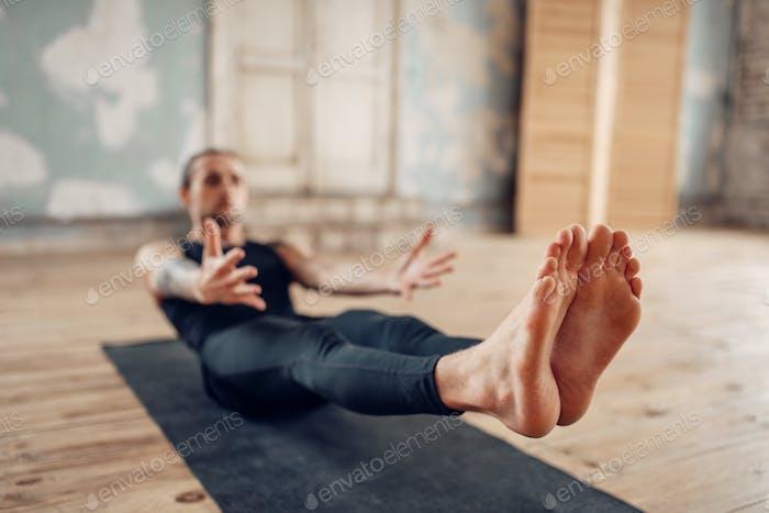 Männliches Yoga in der Klasse, Pressetraining
