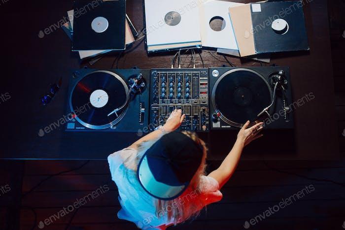Niedlich dj Frau mit Spaß spielen Musik auf club party
