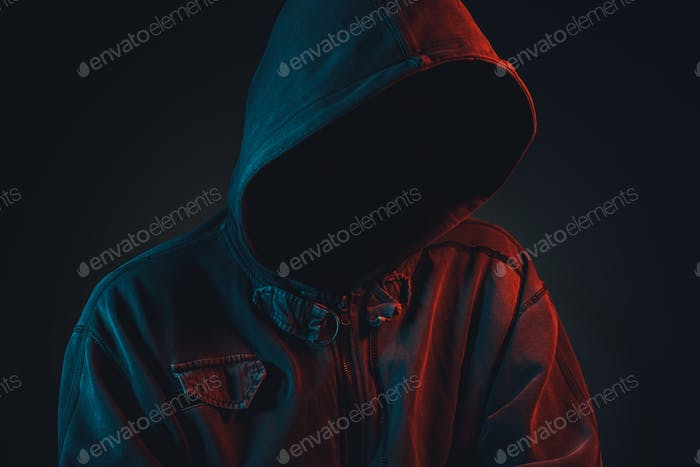 Faceless Hooligan mit Hoodie in urbaner Umgebung