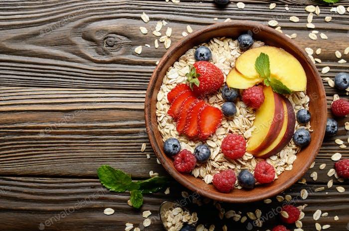 Flache Lay von Obst gesundes Müsli mit Pfirsiche Erdbeermandeln