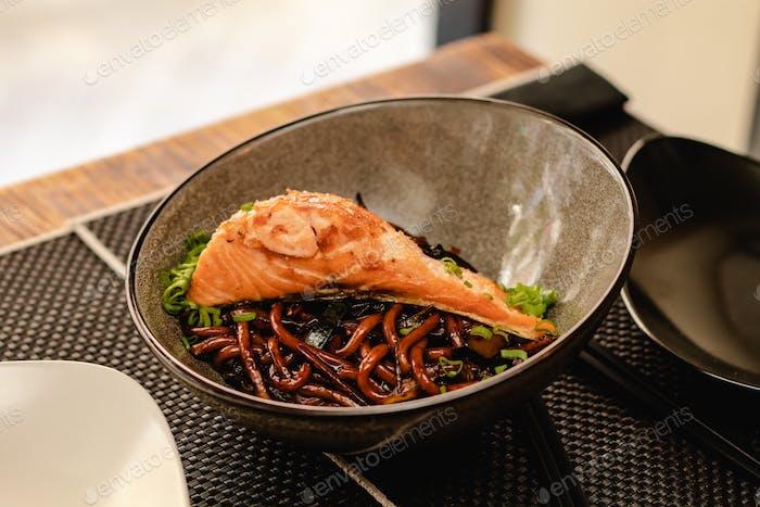Nudel mit Lachs auf Restaurant