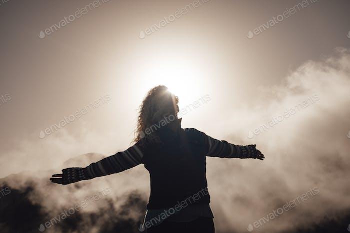 Mujer adulta feliz y alegre disfruta de la naturaleza en alta montaña