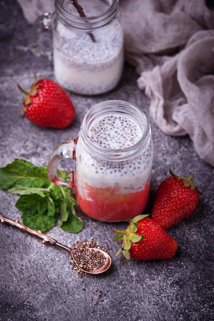 Dessert mit Erdbeere und Chiasamen