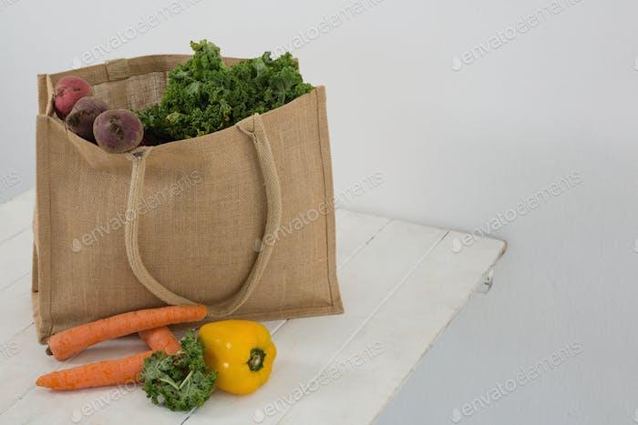 Frisches Gemüse im Einkaufstasche