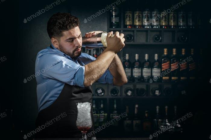 Barkeeper schüttelt und mischen