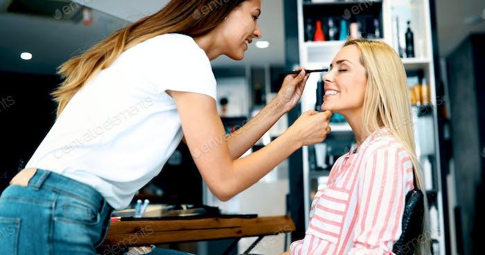 Maskenbildner wendet Lidschatten an. Perfektes Make-up