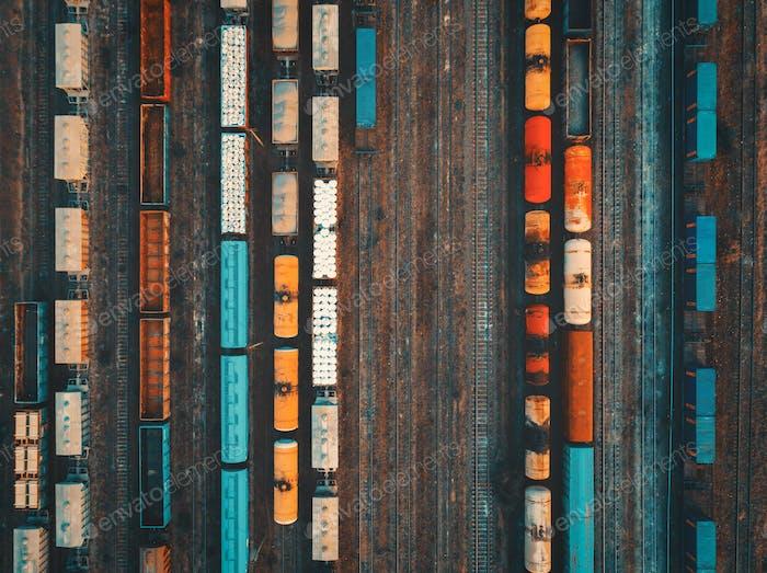 Aéreo de trenes de carga coloridos