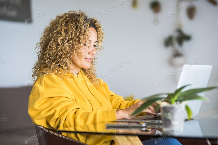 Mujer bonita adulta en el trabajo en casa