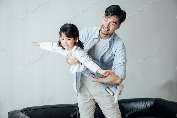 Padre e hija jugando juntos en casa