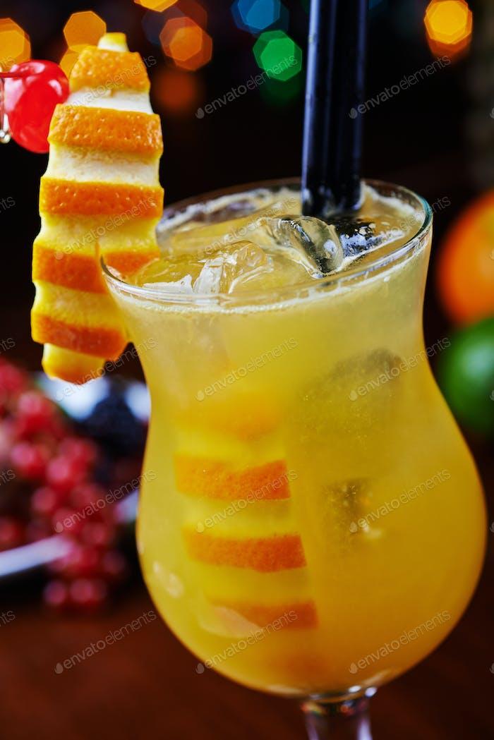 helles schönes Glas alkoholischen Cocktail oder Limonade auf einem Tisch in einer Bar. weicher Fokus.
