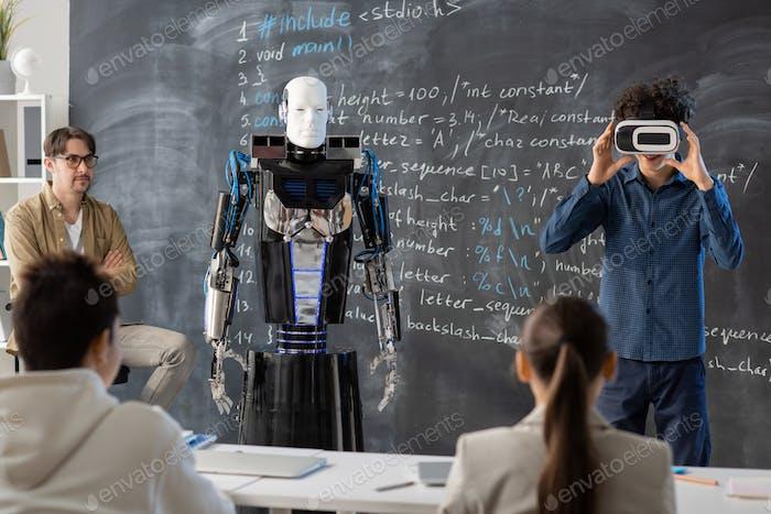 Lehrer und Klassenkameraden Blick auf Schüler mit vr Headset Präsentation