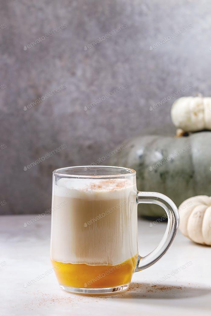 Glas Kürbis Gewürz Latte