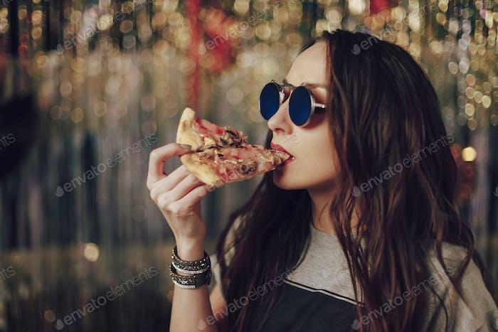 Mädchen essen leckere Pizza
