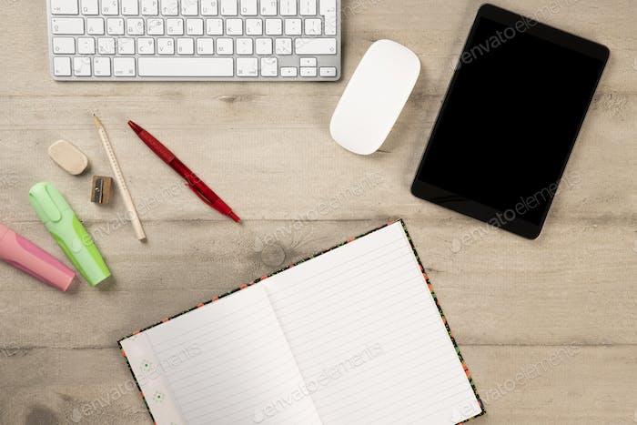 Bürobedarf und Schreibwaren auf einem hölzernen Hintergrund