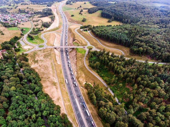 Luftaufnahme der Autobahnkreuzung, grüner Wald, Niederlande