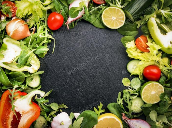 Essen Hintergrund mit verschiedenen grünen Kräutern und Gemüse