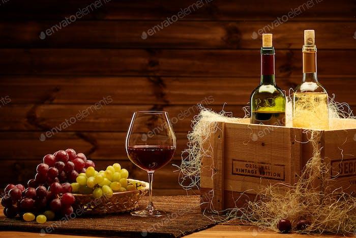 Flaschen von Rot- und Weißwein auf einem hölzernen Interieur