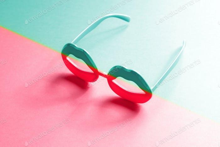 Lippenförmige Brille mit neonfarbigem Duoton-Farbverlauf