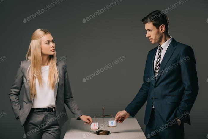 compañeros de negocios con signos masculinos y femeninos en escalas de justicia, concepto de igualdad de género