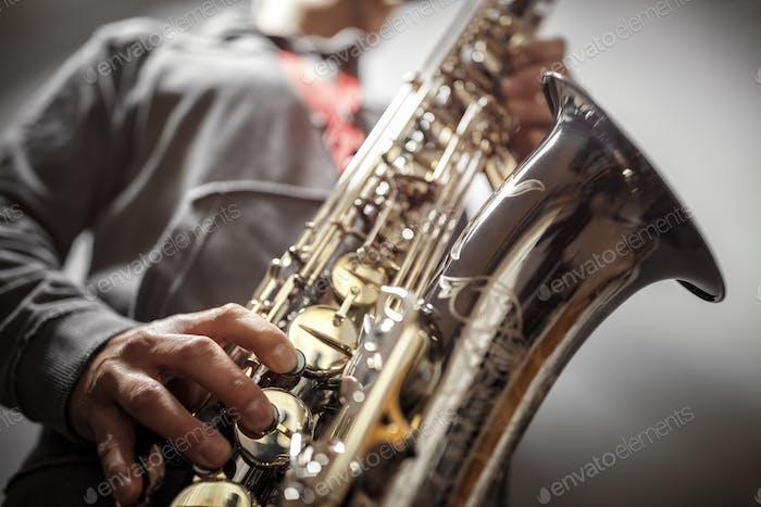 Saxophonist spielt ein Saxophon