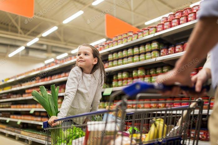 Kind mit Vater Kauf von Lebensmitteln im Lebensmittelgeschäft