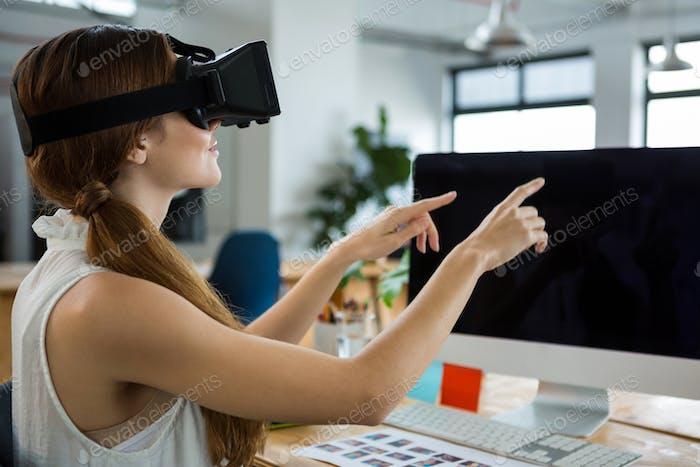 Weibliche Grafikdesignerin mit dem Virtual Reality Headset