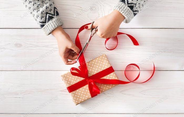 Frauen Hände wickeln Weihnachten Urlaub Geschenk iwith rotes Band