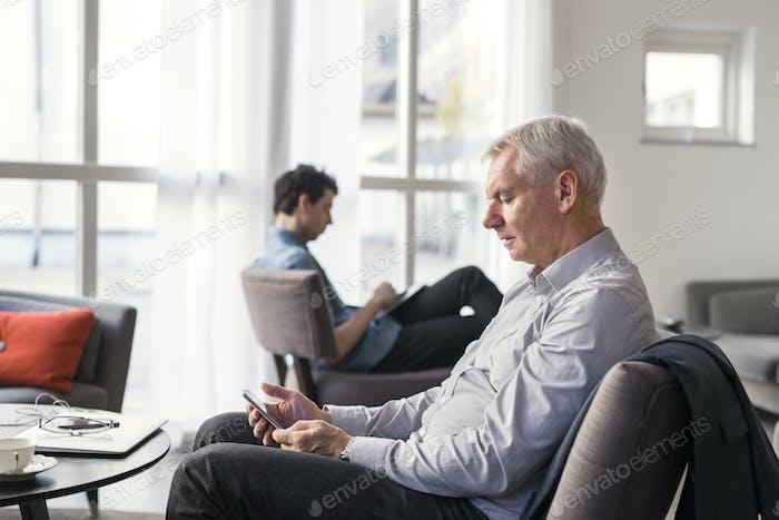 Empresarios que utilizan tecnologías en el restaurante