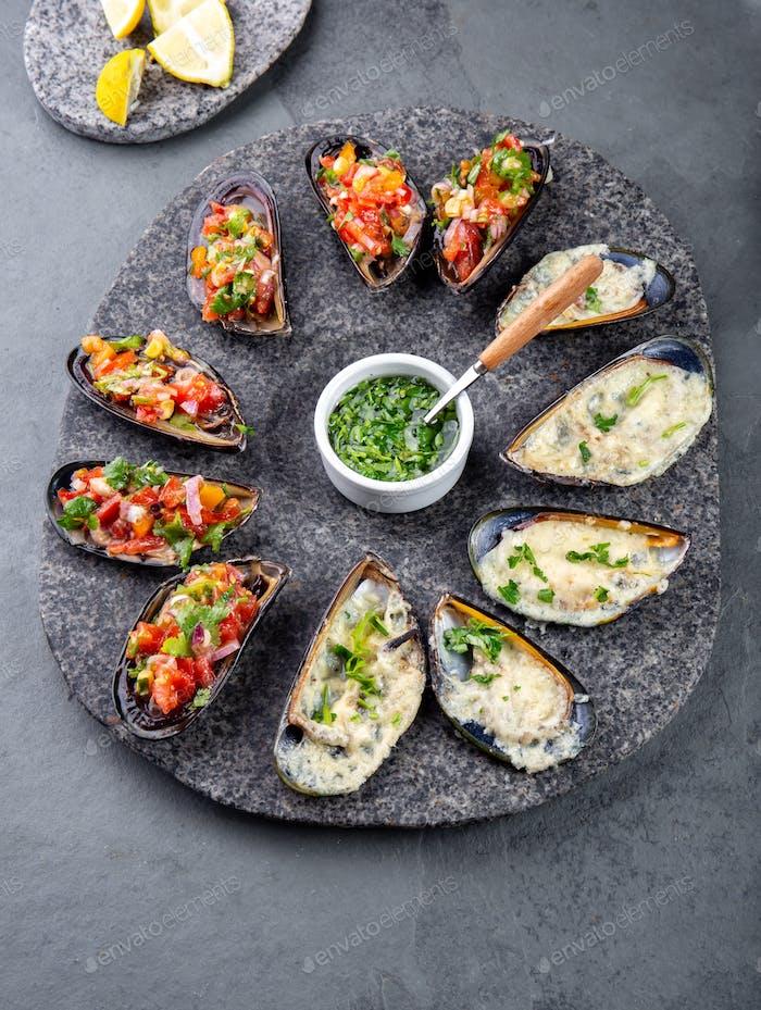 Meeresfrüchte verschiedene Platten Miesmuscheln a la parmesana, Miesmuscheln a la chalaca