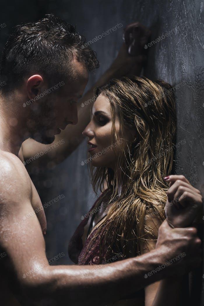 Nackter Mann und Frau in der Dusche