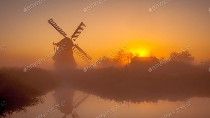 Historische holländische Windmühle entlang eines Kanals