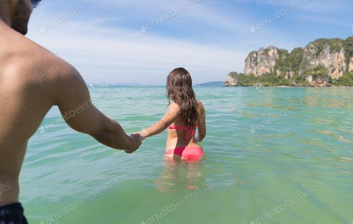 Paar Am Strand Sommerurlaub, Junge Menschen im Wasser, Mann Frau Hand Meer Ozean