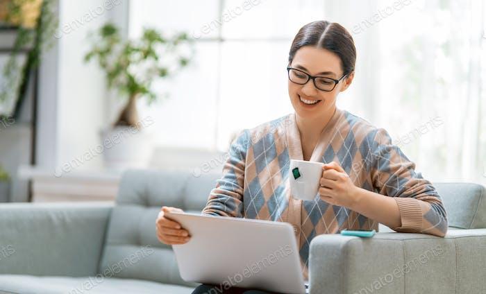 Frau arbeitet an einem Laptop