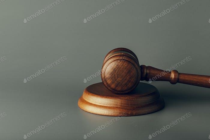 Juez de gavel de cerca sobre fondo de papel. Derecho y justicia, concepto de legalidad