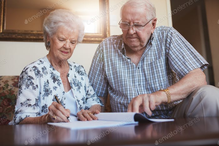 Pareja mayor haciendo papeleo de jubilación