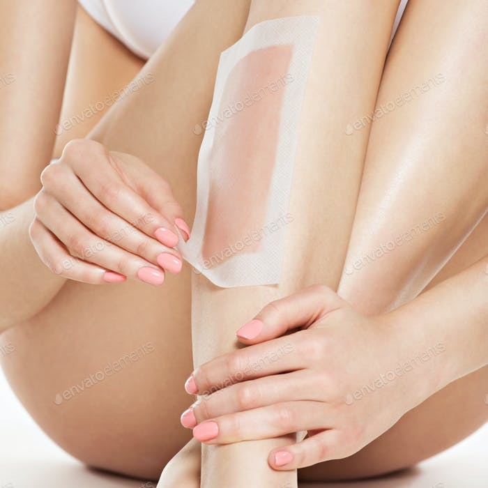 Frau Enthaarung Beine durch Wachsen