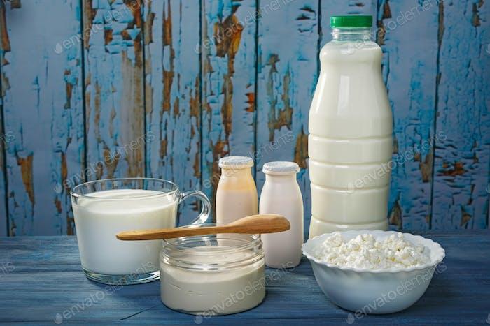 Milchprodukte auf einem blauen Tisch