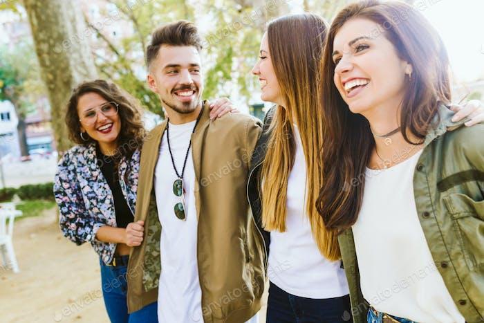 Gruppe von Freunden genießen Zeit auf der Straße.