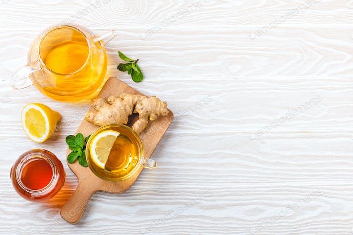 Heißer Tee mit Ingwer und Zitrone