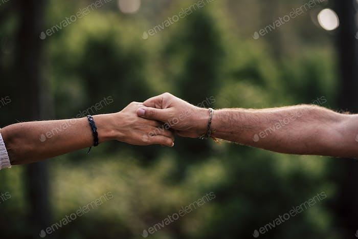 Concepto de amor y ayudar mutuamente a las personas o la relación