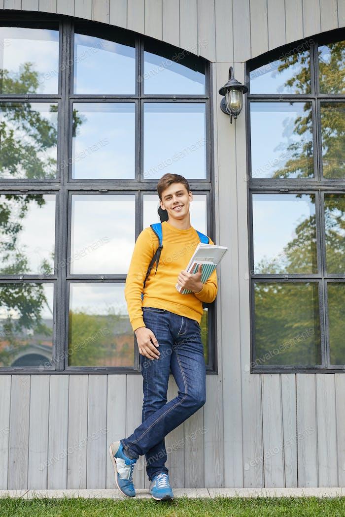 Zeitgenössische Student posieren im freien