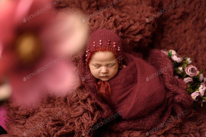 Neugeborenes schläft auf Flocci