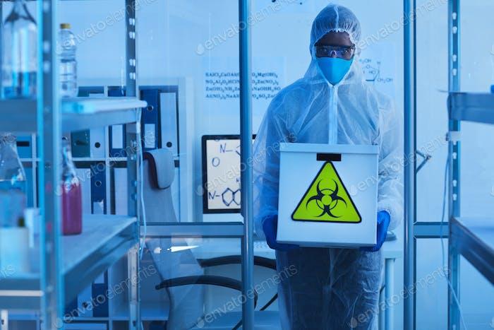 Медицинский исследователь с биоопасностями