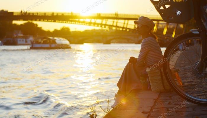Chica joven en la puesta de sol en París